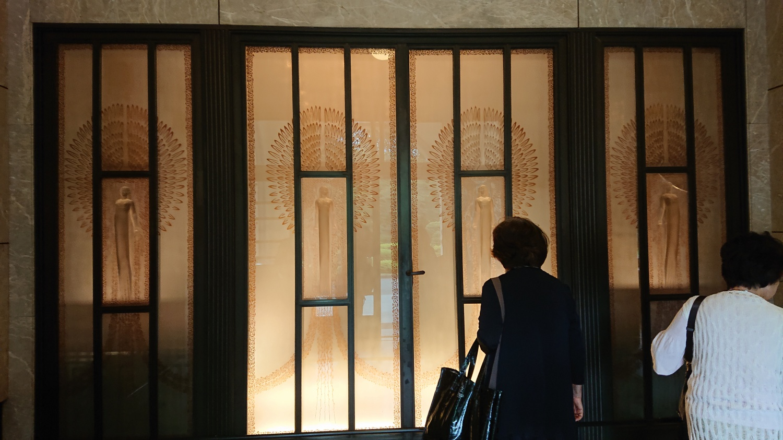 ミニクラブ活動第7弾_庭園美術館・正面玄関のラリックのガラスレリーフ