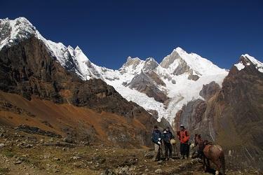 八王子「庭卯」|ペルー サンブーヤ峠(4,740m)から望むイェルパハ(6,617m)中央が本人 (2018年)